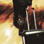 【夢占い】スーツケースの夢。運ぶ、探す、失くすなど